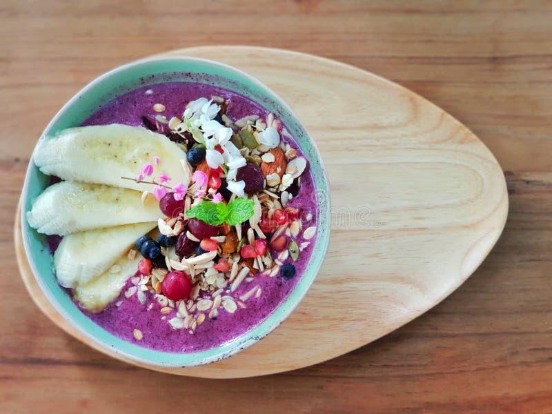 Mistura do cereal com iogurte imagens de stock