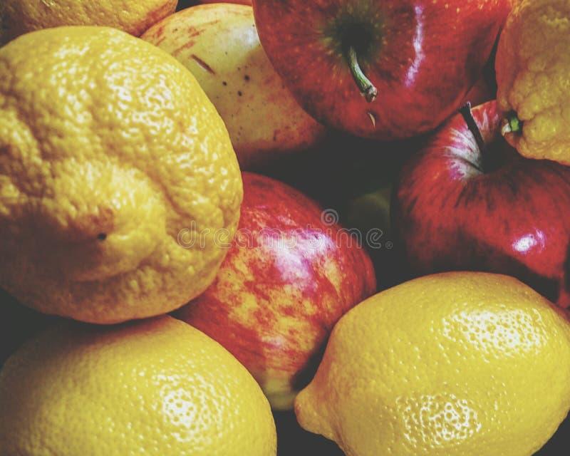 Mistura dos limões e das maçãs imagem de stock