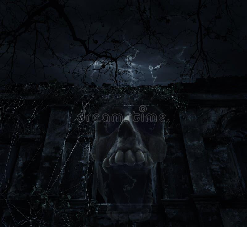 Mistura humana do crânio com o castelo antigo velho sobre a árvore inoperante e os clo imagem de stock