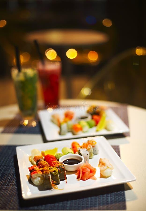 Mistura japonesa deliciosa do sushi e dois mojitoes imagem de stock