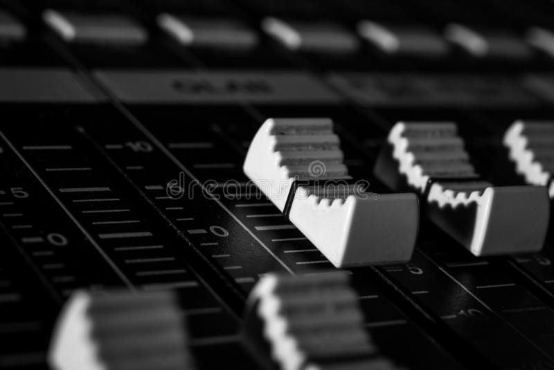 A mistura profissional consola os Faders audio brancos de Digitas foto de stock royalty free