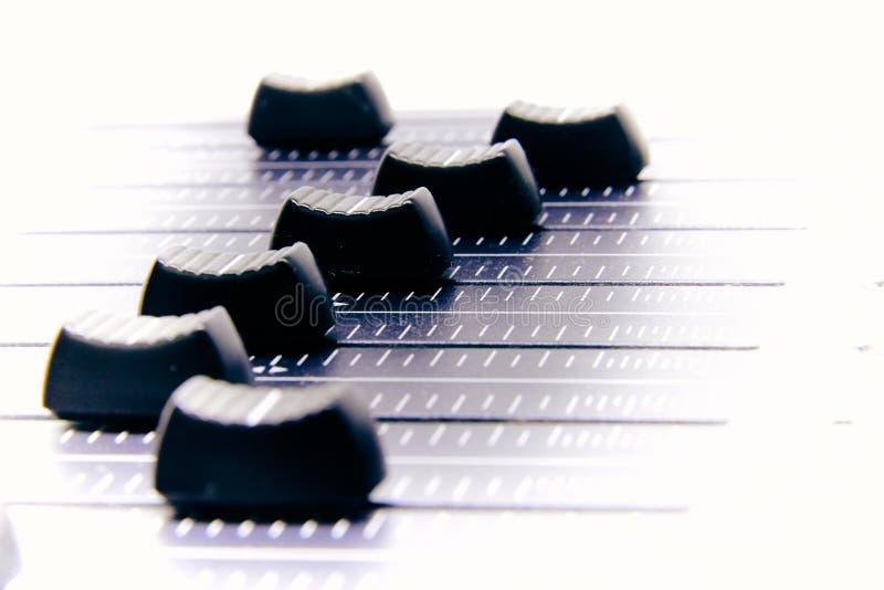 Misturador audio, controles e fader de mistura da mesa, console de mistura da m?sica com efeitos degradados para bandeiras e fund foto de stock