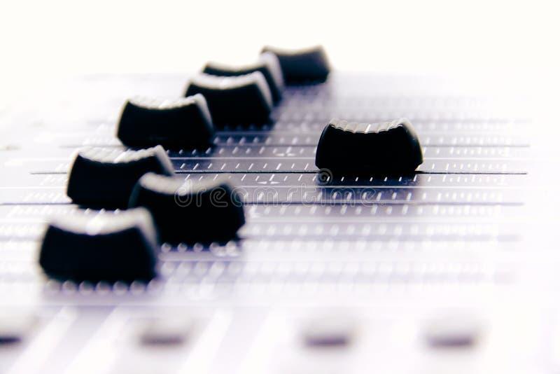 Misturador audio, controles e fader de mistura da mesa, console de mistura da m?sica com efeitos degradados para bandeiras e fund fotografia de stock royalty free