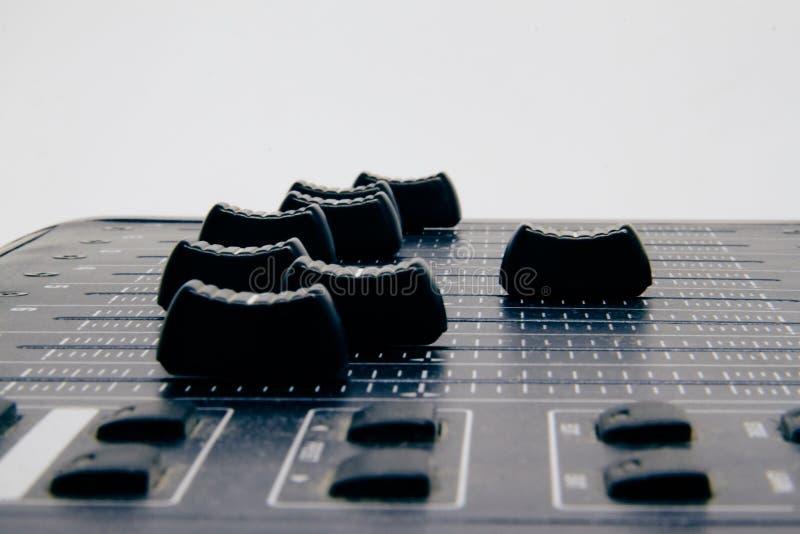 Misturador audio, controles e fader de mistura da mesa, console de mistura da m?sica com efeitos degradados para bandeiras e fund imagens de stock