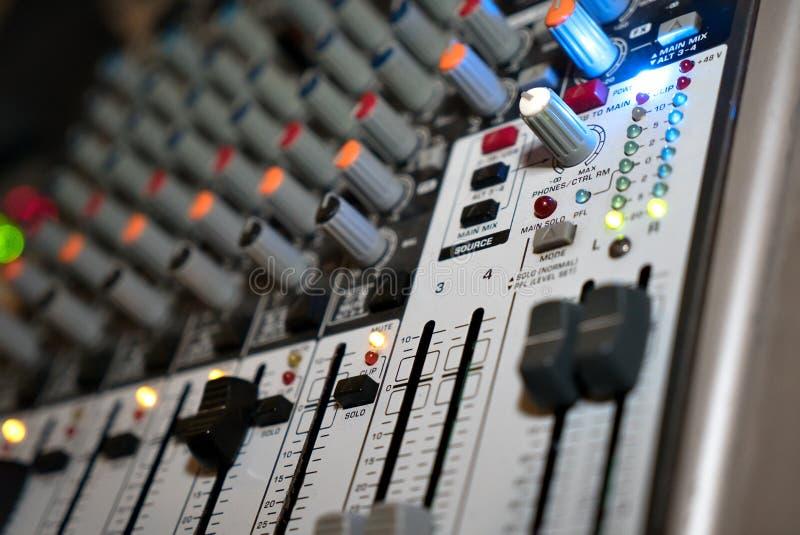 Misturador audio para ajustar a qualidade da música foto de stock royalty free