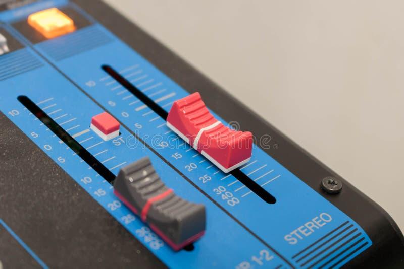 Misturador, botão do close up para aumentar ou diminuir o estéreo sadio foto de stock royalty free