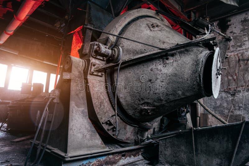 Misturador concreto industrial sujo oxidado velho na planta abandonada do cimento fotografia de stock royalty free