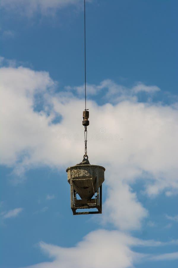 Misturador de cimento Crane Sling no canteiro de obras fotografia de stock royalty free