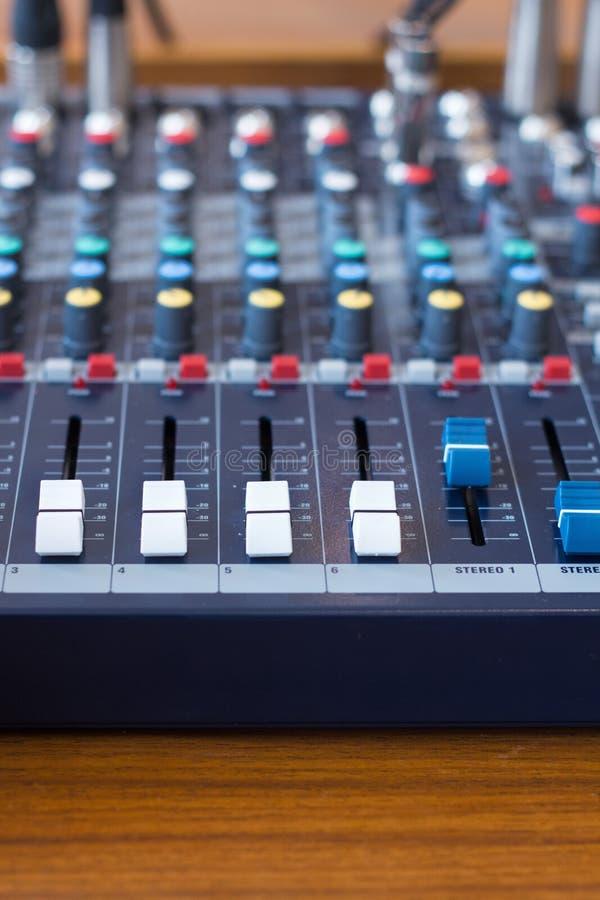 Misturador do close up na sala da gravação Botão do close up para aumentar ou diminuir o som imagens de stock