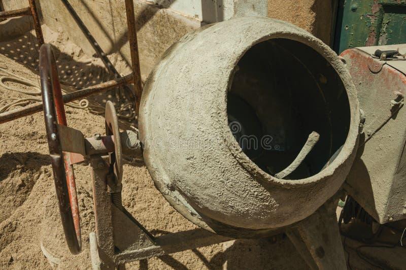 Misturador e areia velhos de cimento em um canteiro de obras fotografia de stock royalty free