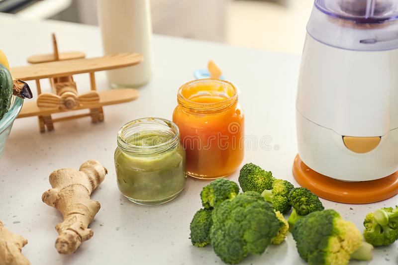 Misturador e ingredientes para o comida para bebê na mesa de cozinha fotos de stock royalty free