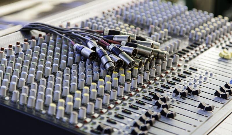 Misturador em um estúdio de gravação imagens de stock