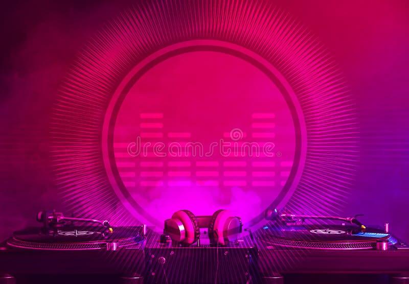 Misturador moderno do DJ no fundo escuro imagens de stock royalty free