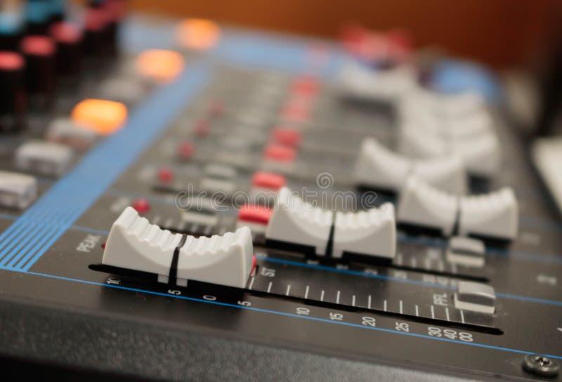 Misturador na sala da gravação Botão do close up a aumentar ou diminuir imagens de stock