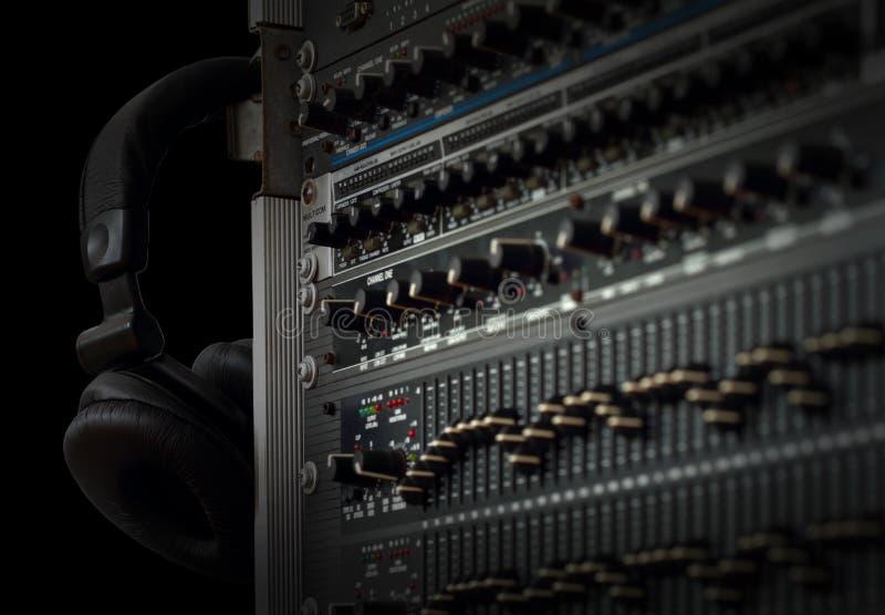 Misturador sadio audio com botões e fone de ouvido imagem de stock royalty free