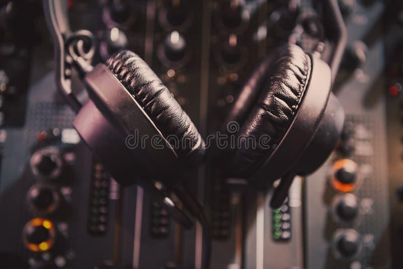 Misturador sadio profissional e fones de ouvido do DJ com música fotos de stock royalty free
