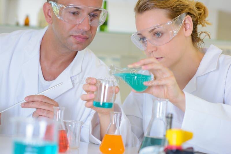 Misturas de mistura no laboratório foto de stock
