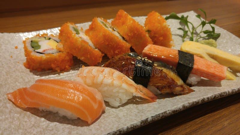 Misture o prato do sushi do maki com o shashimi dos peixes frescos, alimento japonês imagens de stock royalty free