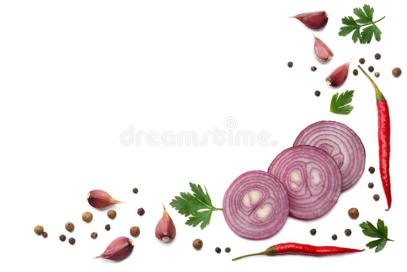 Misture pimentas de pimentão encarnados com a salsa e pepino cortado e alho isolados na opinião superior do fundo branco fotografia de stock
