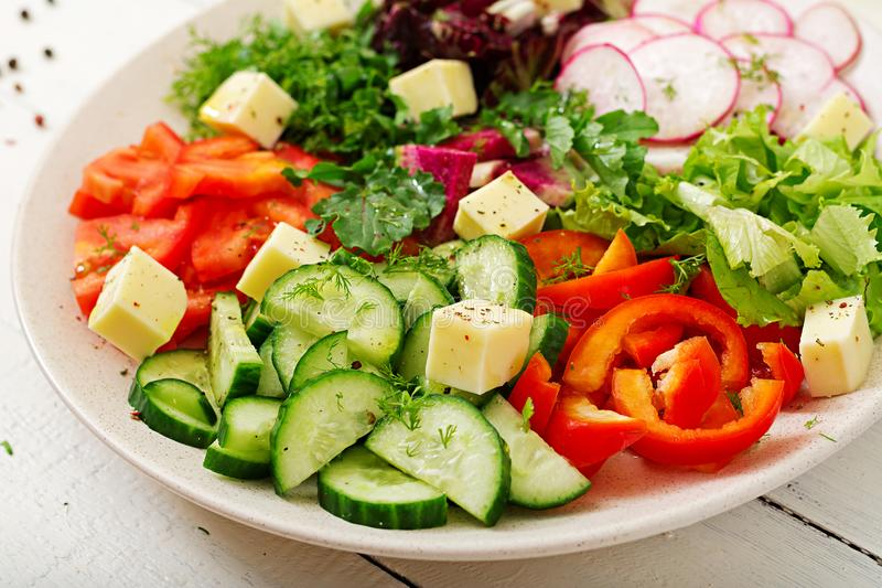 Misture a salada dos legumes frescos e esverdeie ervas Menu dietético foto de stock royalty free