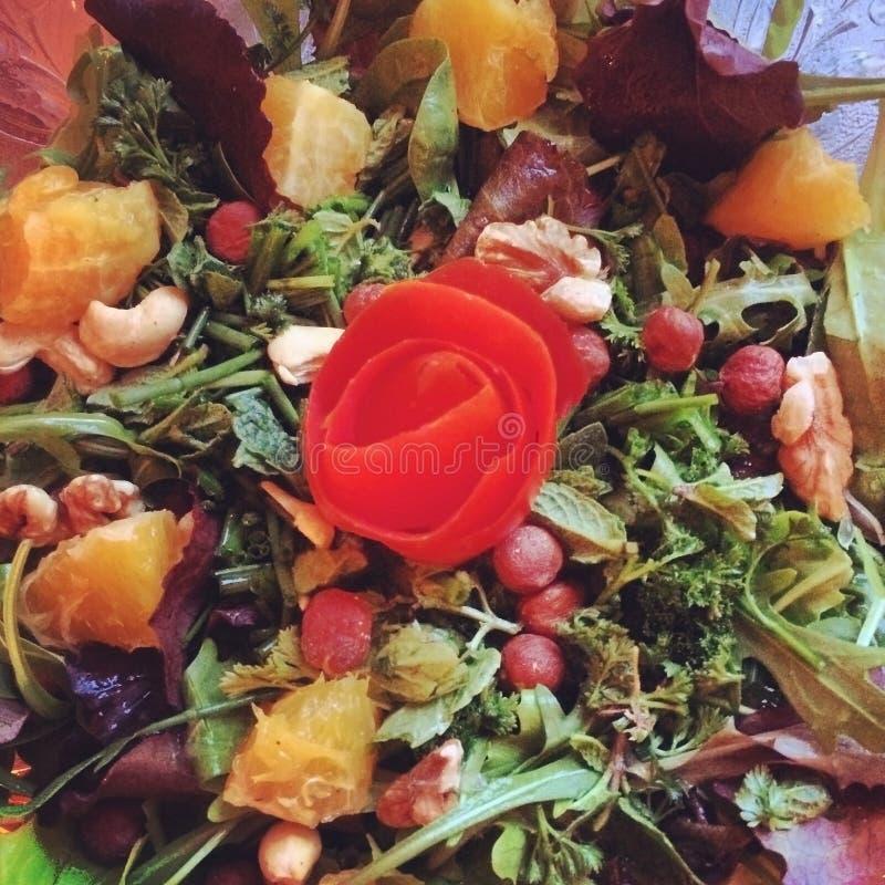 Misturou a salada fresca com a rosa bonita imagens de stock