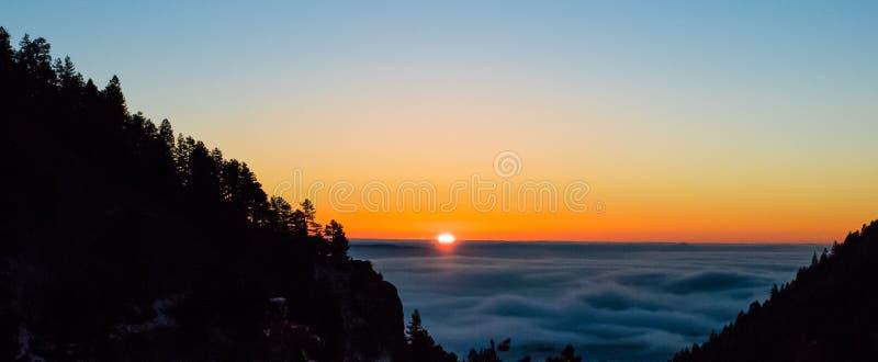 misty ανατολή βουνών στοκ εικόνες