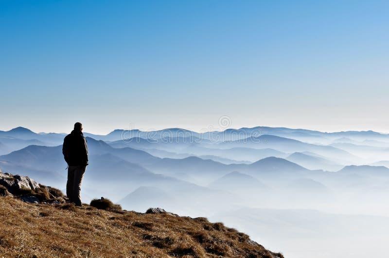 misty σκιαγραφία βουνών ατόμων & στοκ φωτογραφία