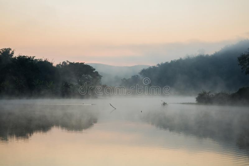 Misty στον ποταμό στοκ εικόνες με δικαίωμα ελεύθερης χρήσης