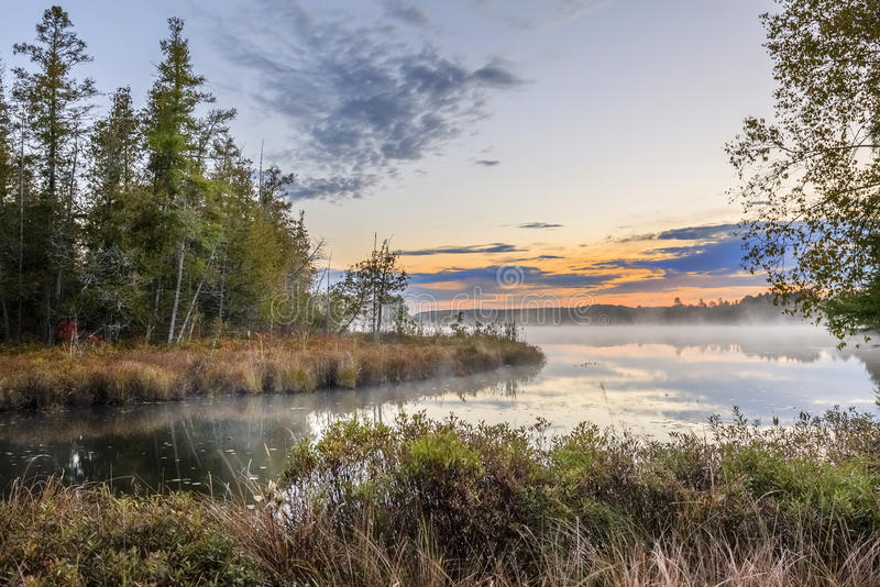 Misty Autumn River in Dawn - Ontario, Canada royalty-vrije stock foto's