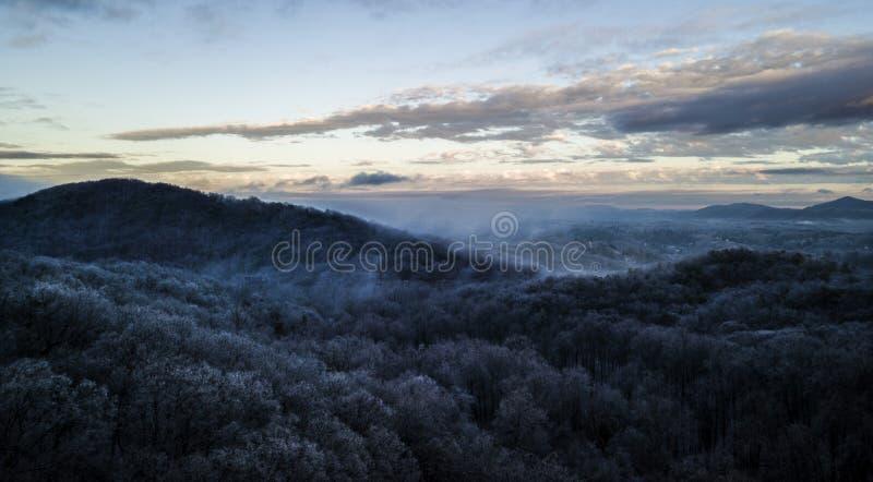 Misty Blue Ridge Mountain Sunrise immagine stock libera da diritti
