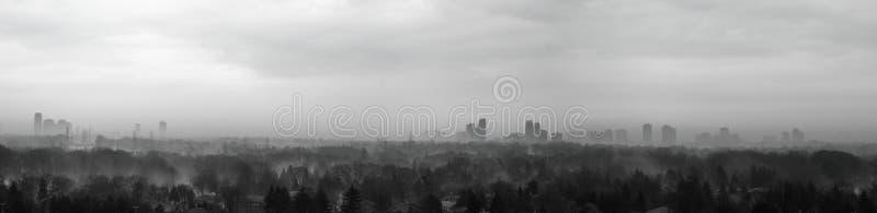 Misty City als Frühlingsansätze lizenzfreies stockbild