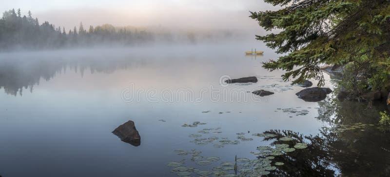 Misty Dawn en un lago en Ontario, Canadá fotos de archivo libres de regalías
