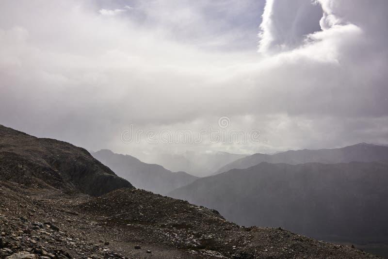 Misty Drizzling Rain em cumes fotografia de stock