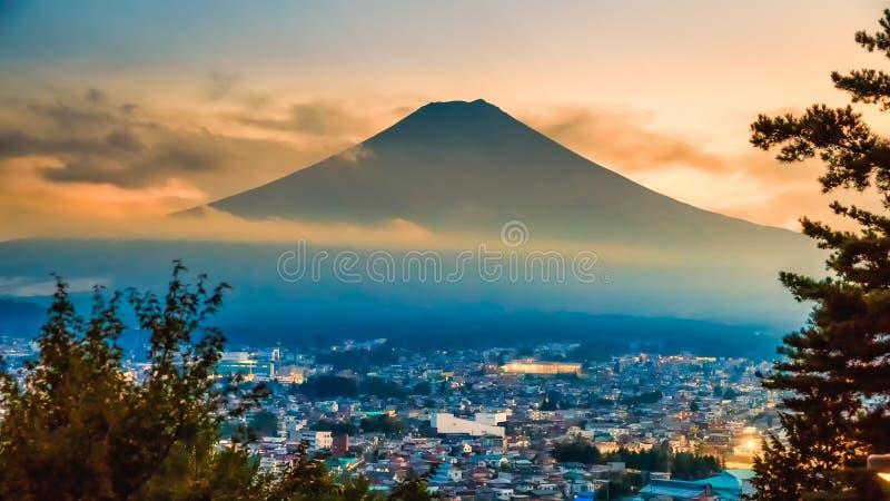 Misty Fuji Mountain i solnedgångtid som beskådas från den Chureito pagoden, Fujiyoshida, Japan royaltyfri foto