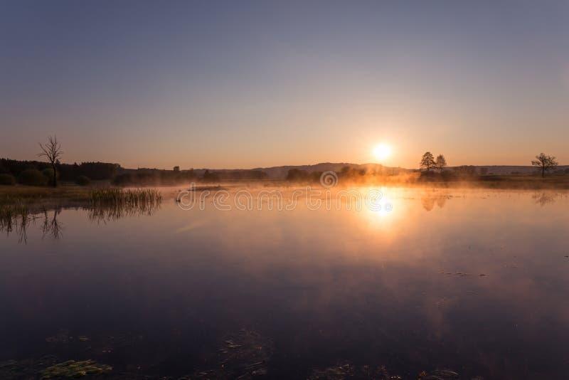Misty Golden Sunrise Reflecting au-dessus de lac au printemps image stock