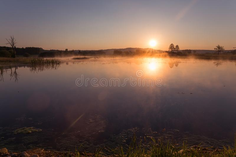 Misty Golden Sunrise Reflecting au-dessus de lac au printemps images libres de droits