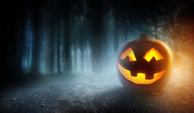 Misty Halloween Evening Background With una calabaza foto de archivo