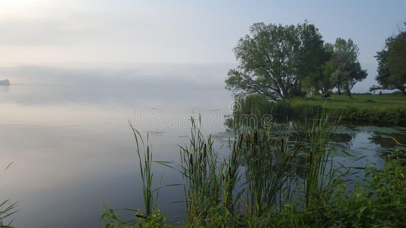 Misty Lake brumeuse pendant le matin photographie stock