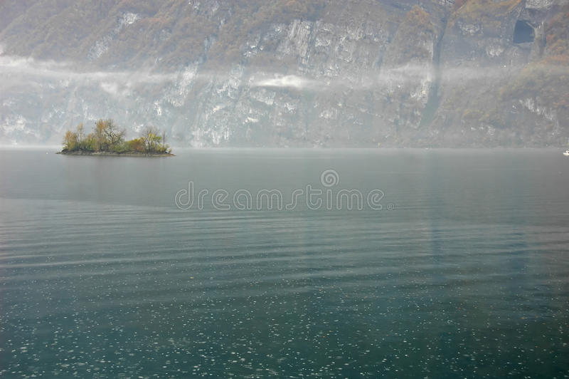 Misty Lake con l'isola fotografia stock