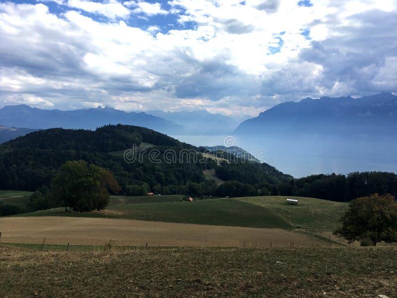 Misty Lake Leman avec les Alpes français images libres de droits