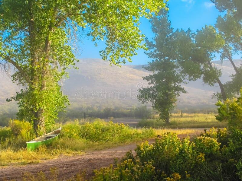 Misty Morning Canoe por el Green River fotografía de archivo libre de regalías