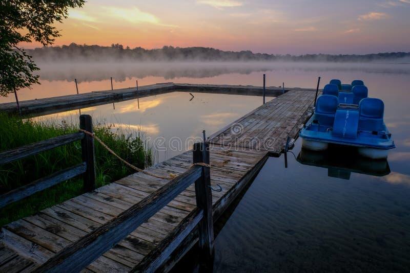 Misty Morning Lake Scene con il bacino e le barche immagini stock libere da diritti