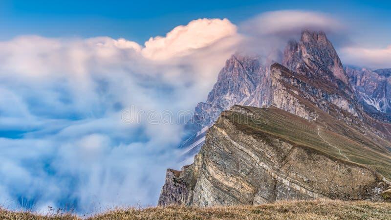 Misty Morning Landscape epica delle alpi delle dolomia Picco maestoso Tirolo, Italia, Europa di Seceda immagine stock libera da diritti