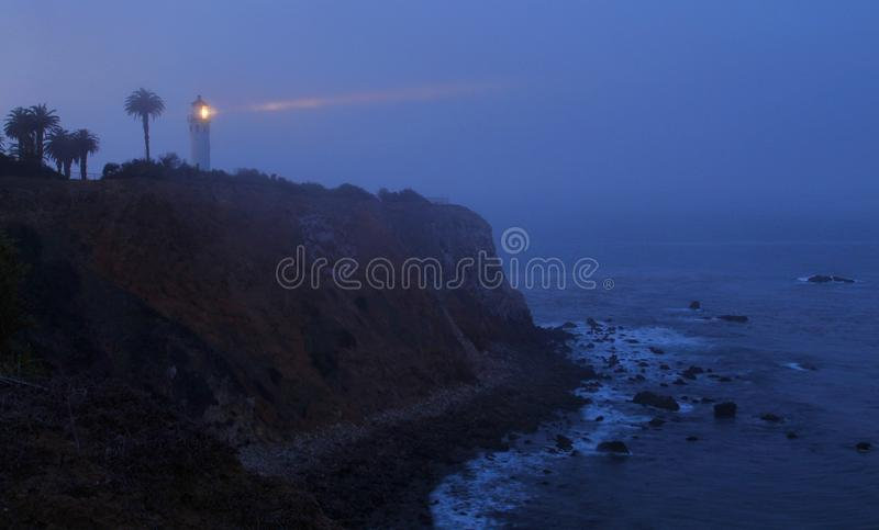Misty Morning på punkten Vicente Lighthouse, Palos Verdes, Kalifornien royaltyfri foto
