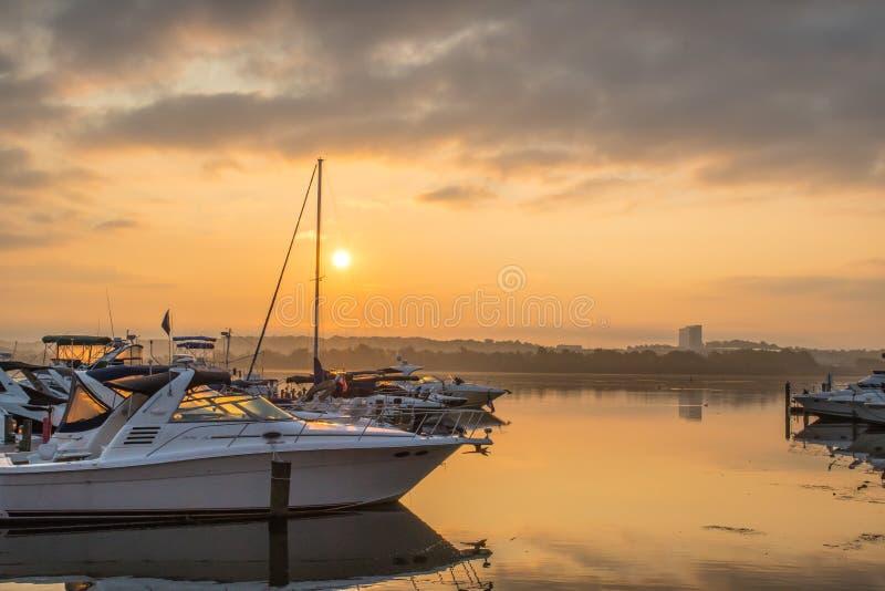 Misty Morning soluppgång på Potomacen - fartyg vilar i hamnen fotografering för bildbyråer