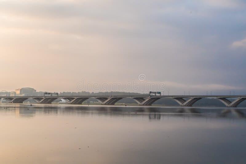 Misty Morning soluppgång på Potomacen - Woodrow Wilson Memorial Bridge spänner över Potomacet River mellan Alexandria, Virginia,  arkivfoto