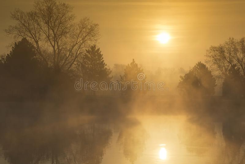 Misty Morning Sunrise dorata un giorno di primavera in anticipo immagini stock libere da diritti