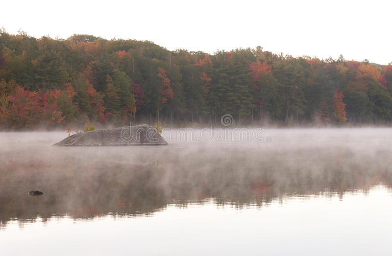 Misty Morning sur Burr Pond photographie stock