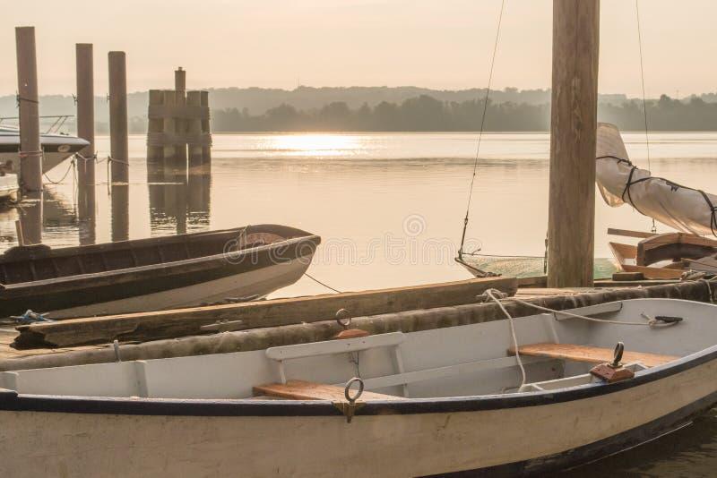 Misty Morning Vintage Sailboats på Potomacet River arkivbilder