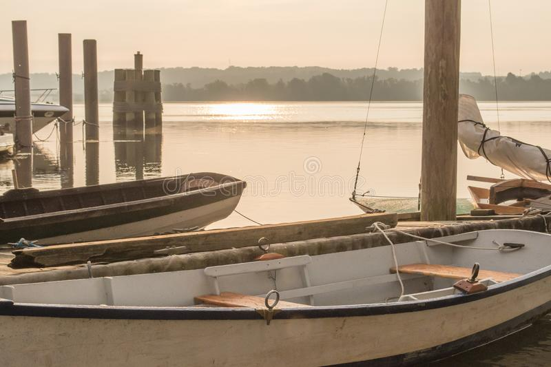 Misty Morning Vintage Sailboats sul fiume Potomac immagini stock